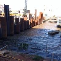 Cais com conteção em pranchas - obra em execução - Obras Portuárias Belov