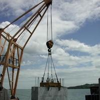 Montagem de premoldado de uma contenção submersa - Obras Portuárias Belov