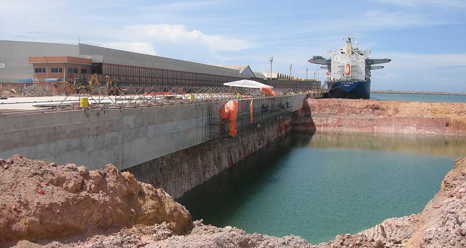 Muelles con Contención en Estacas Secantes o Planchas